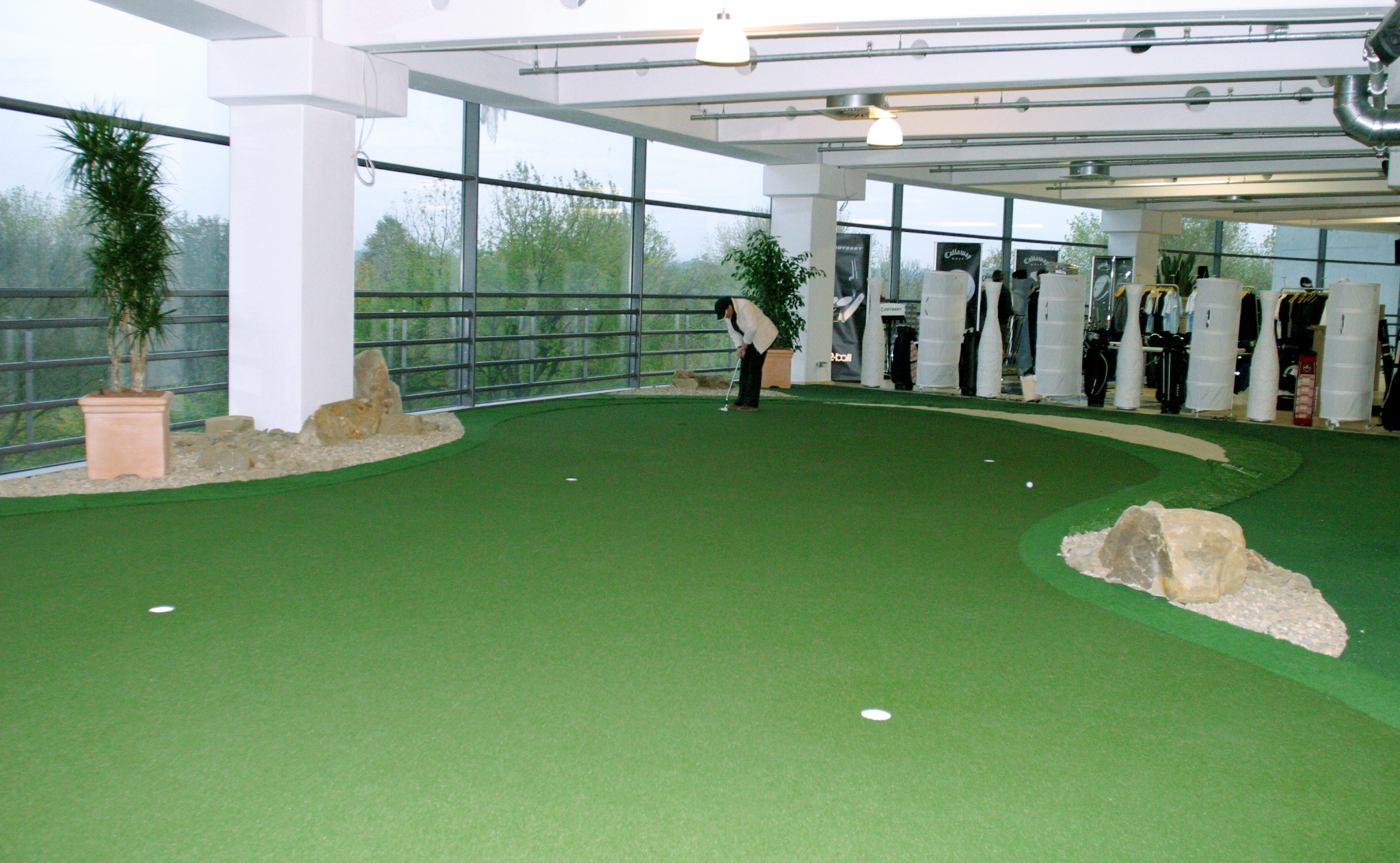 comparing-an-outdoor-with-indoor-putting-green